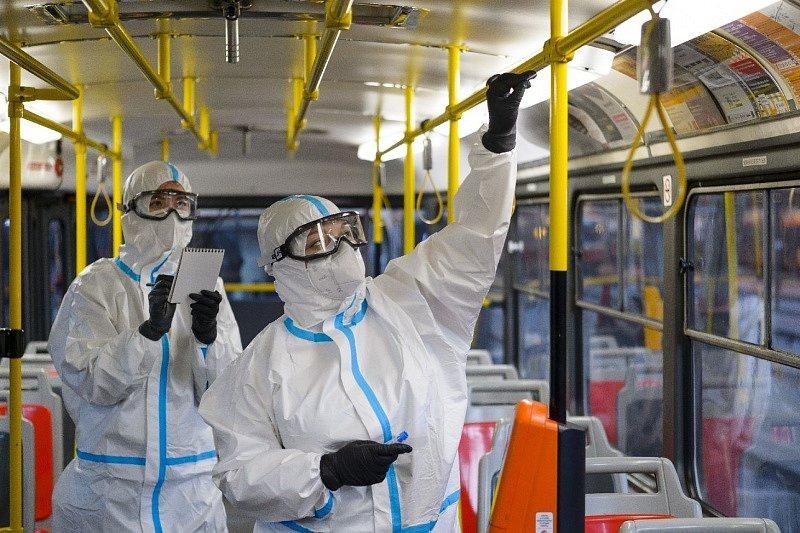 Pořizování pilotních stěrů v pražské MHD pro studii o přítomnosti nového typu koronaviru.