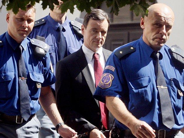 Eskorta přivádí Davida Ratha k soudu pro Prahu-východ 20. srpna.
