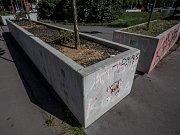 Betonové květináče na pražském Smíchově.