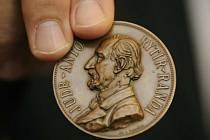 Stříbrná medaile Antonína Randy. Ilustrační foto.