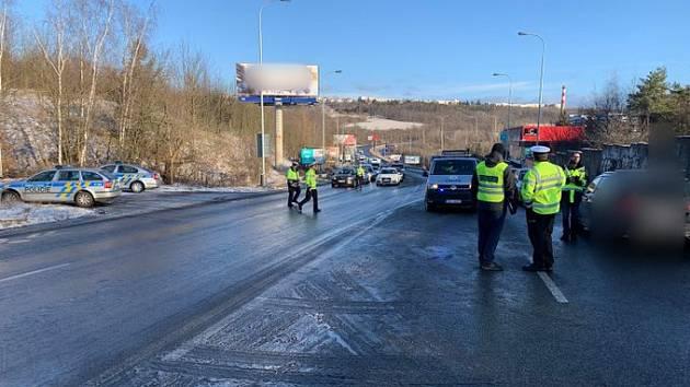 Policisté řídí dopravu po smrtelné nehodě v Bucharově ulici.