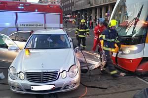 Na I. P. Pavlova se srazila tramvaj s autem. Magistrála je zavřená.