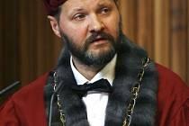 Slavnostní shromáždění se uskutečnilo 7. dubna ve Velké aule Karolina u příležitosti 660 let od založení Univerzity Karlovy v Praze. Při této příležidosti byly uděleny čestné doktoráty UK. Rektor Václav Hampl.