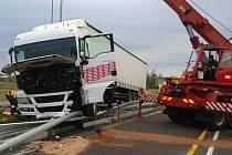 Havárie kamionu a proražení svodiel