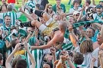 DOČKALI SE. Fanoušci fotbalistů Bohemians 1905 si společně s hráči užívají radost z postupu do první ligy. Mužstvo HFK Olomouc klokany v cestě za vytouženým cílem nezastavilo. Domácí prohráli jednoznačně 1:3.