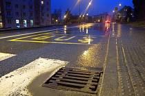 Sedmdesát tisíc kanálových krytů je rozmístěno po celém území metropole. Postupná výměna oceli za plast by měla ukončit jejich krádeže.