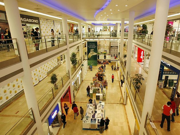 KDO TO VŠECHNO KOUPÍ? Obchodních center je v Praze mnoho, v nich ještě více obchdů, a v nich... /Ilustrační foto