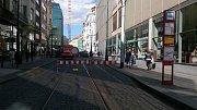 Pražský dopravní podnik (DPP) urychlil opravu kolejí na Národní třídě. Provoz tramvají bude obnoven už v úterý.