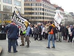 Asi stovka lidí v sobotu odpoledne v centru Prahy protestovala proti vládě, islamizaci a imigraci.