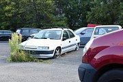 Vrak auta na parkovišti na sídlišti v Krči – u zastávky MHD Zálesí.