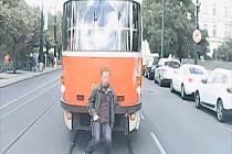 Hazardér, který se vozil na oji tramvaje.
