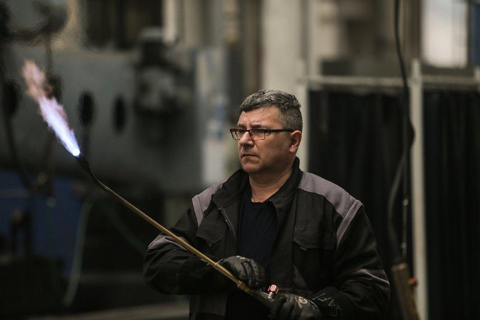Stanislav Šafránek při zapalování hořáku.