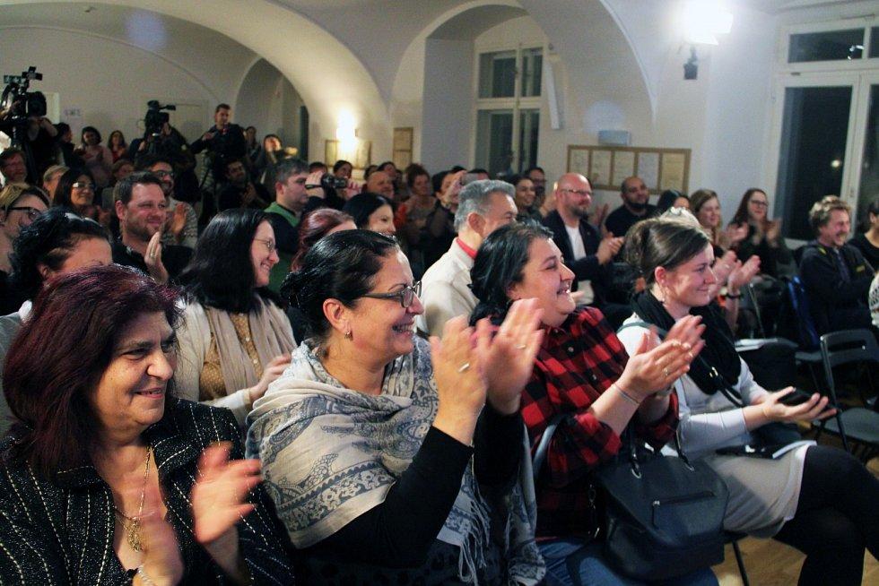 Publikum na křtu knihy Ilony Ferkové v Knihovně Václava Havla.