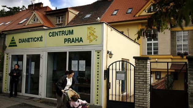 MÁTE PROBLÉM? Tady vás ho za pár desítek tisíc zbaví. Vcelku nenápadná centrála scientologů v poklidné ulici v Praze 3.