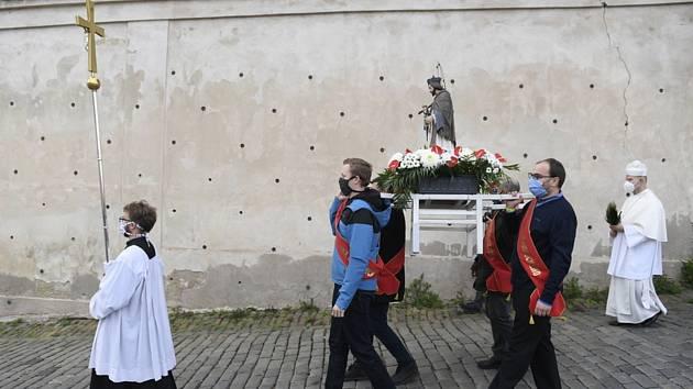 Svatojánské procesí na oslavu českého světce a patrona lidí od vody Jana Nepomuckého prošlo 15. května 2020 z pražského kostela sv. Jana Nepomuckého přes Karlův most na Křižovnické náměstí.