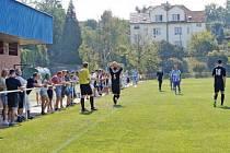 FANOUŠCI U ZÁBRADLÍ sledují, jak si vedou fotbalisté vršovického Unionu v zápase proti Horním Měcholupům.