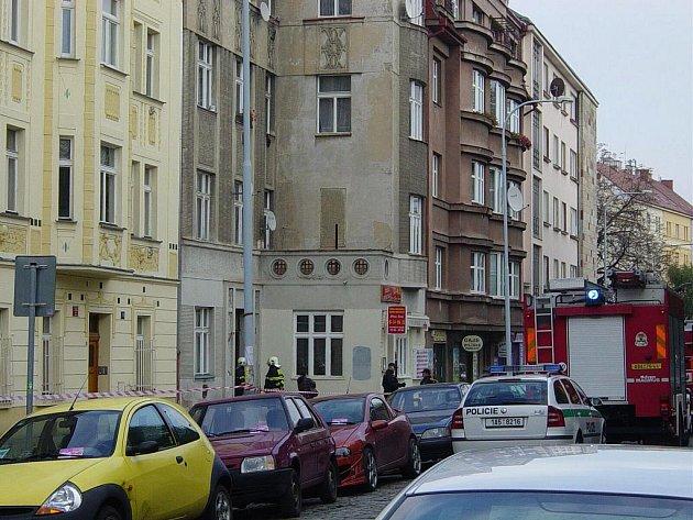 OBAVY. Obyvatelé činžovního domu ve Václavkově ulici (na snímku) si všimli půlcentimetrových prasklin na chodbě. Přivolaní hasiči objekt evakuovali, o půl druhé mohli lidé zpět.