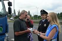 Zodpovědné řidiče odměnila policie plechovkou nealko piva a jednoduchým alkotesterem.
