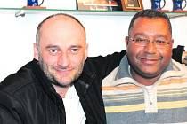 DVA VELCÍ KAMARÁDI. Amr Shatury z Káhiry a Luděk Dohnalík z Lobče u Mělníka. Setkávají se však hlavně v Praze.