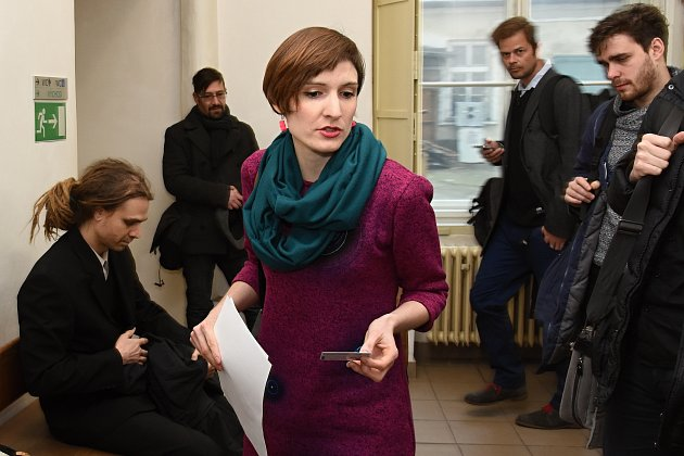 Aktivistka Kateřina Krejčová u soudu.