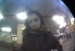 Žena vzala z bankomatu zapomenuté peníze.