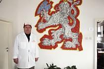 Majitel řeznictví v Davli František Dolejší starší stojí vedle symbolu řezníků. Jeho syn zařídil, aby mozaiku, kterou vždy obdivoval, měl ve stupu do firmy.