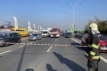 Hasiči zasahovali u vylité chemikálie po nehodě nákladního auta.