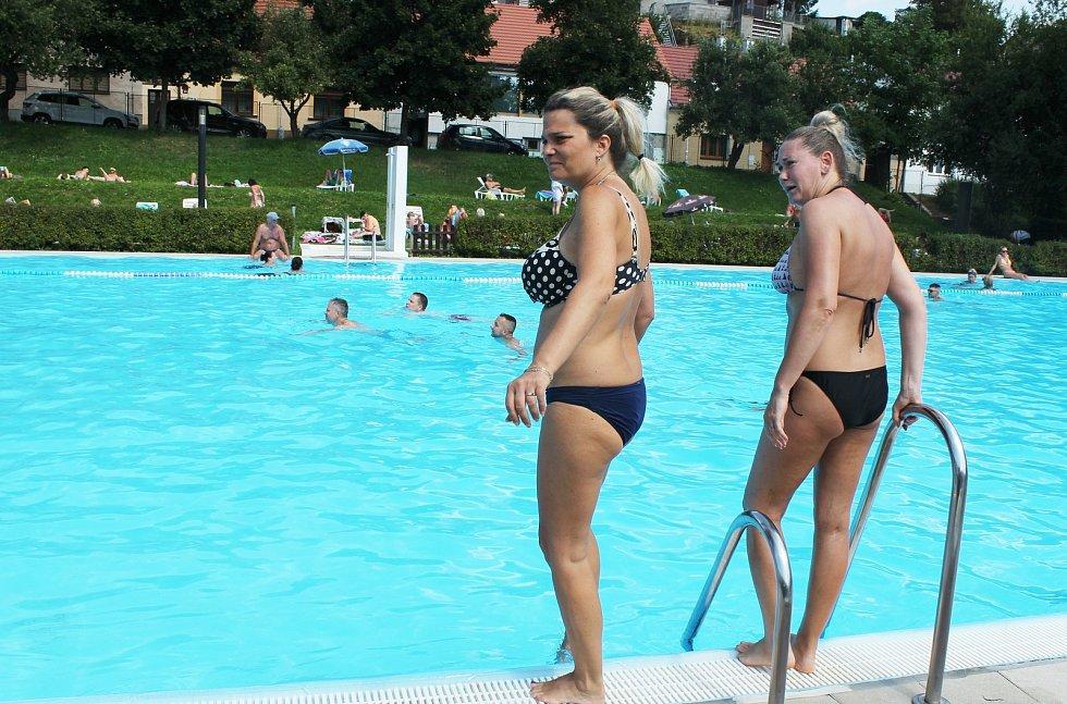 Ještě o víkendu si Pražané užívali tropická vedra na koupalištích, u Vltavy nebo v centru metropole.