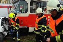 Dopravní nehoda tramvaje a osobního automobilu v Českomoravské ulici v pražské Libni.