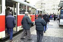 Cestující, kterým končí platnost ročního předplatného kuponu s koncem roku, rozhodně nevyužijí slevu na jízdném, kterou chce zavést magistrát zřejmě až v polovině roku 2015. Většina cestujících ji tedy naplno využije až v roce 2016.