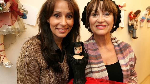 Pro benefiční aukci UNICEF vyrobilo panenky téměř 30 celebrit