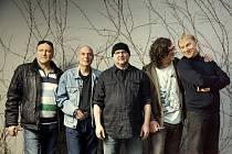 Legendární kapela Buty ve čtvrtek večer vystoupí na Střeše domu Radost.