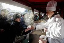 Na Staroměstském náměstí se rozlévala tradiční rybí polévka