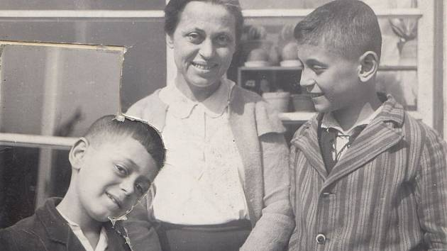 Asaf Auerbach s matkou a bratrem.