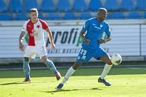 FC Slovan Liberec - SK Slavia Praha. Na snímku zpracovává míč liberecký Kamso Mara před slávistickým soupeřem.