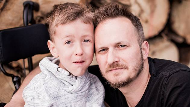 Martin Hrdý pracuje u filmu. Přestože má časově náročné povolání, se svým synem Adámkem tráví veškerý možný čas.