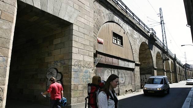Negrelliho viadukt je veřejností vnímán i jako vstupní brána do Prahy 8. V současné době je viadukt ještě poměrně nevzhledná architektonická dominanta Karlína. Od ledna příštího roku má ale začít jeho očekávaná proměna k lepšímu.