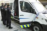 Pražští strážníci převzali do služby nové vozidlo určené pro odvoz opilých osob.