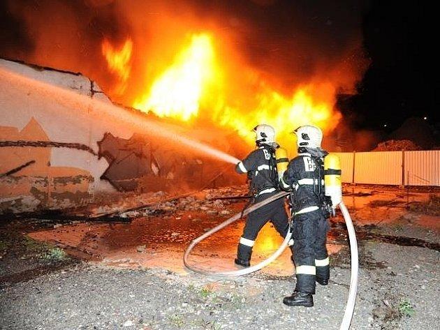 Požár opuštěné a zdevastované haly ve Voctářově ulici v pražské Libni.