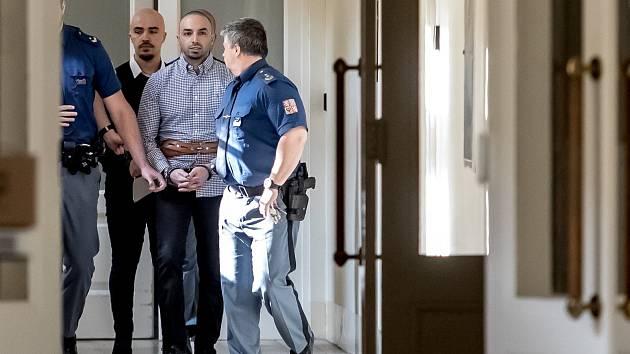 Armin a Arash Nahvi jsou vedeni k soudu 30. dubna 2019 v případu napadení čišníka v centru Prahy.
