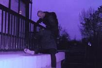 Původně hlídku strážníků upoutal nezvyklý výjev na zastávce městské hromadné dopravy Platónova. Bylo vidět člověka ležícího za zábradlím na úzkém betonovém ochozu, pod nímž se nachází asi šestimetrový sráz.