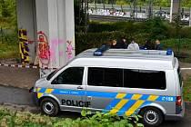 U železniční trati na pražském Krejcárku byla nalezena zavražděná žena.