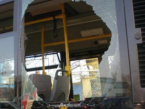 Vykopnuté okno autobusu.
