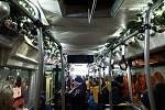 Praha má opět vánočně vyzdobenou tramvaj.