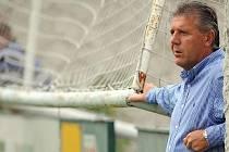 SPŘÁDÁ PLÁNY. Jozef Chovanec, kouč Sparty, bedlivě sleduje své svěřence v přípravném zápase s Loko Vltavín.
