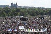 Lidé demonstrují na Letné proti premiéru Andreji Babišovi a Marii Benešové