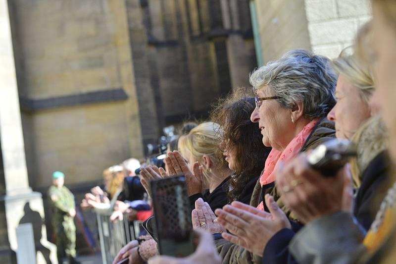 Ve svatovítské katedrále se koná zádušní mše za Karla Gotta, kam mohou jen pozvaní hosté. Fanoušci čekali na třetím nádvoří Pražského hradu.