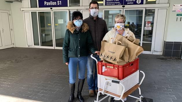 Vinograf rozváží jídlo do Fakultní nemocnice Královské Vinohrady a do Oblastní nemocnice Kladno.