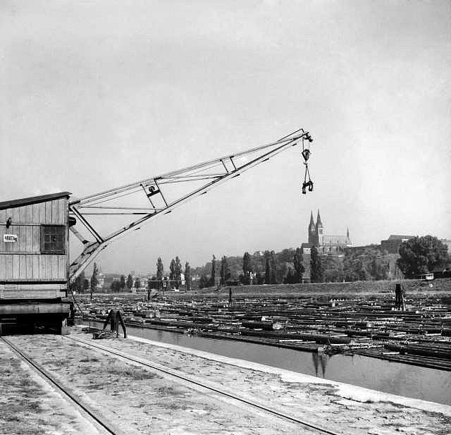 Vorový přístav na Vltavě v Praze na Smíchově. V pozadí Vyšehrad s bazilikou sv. Petra a Pavla. Snímek byl pořízen 21. 9. 1936.