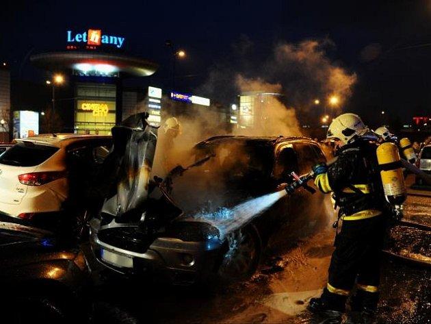 Požár dvou aut zaparkovaných ve Veselské ulici v pražských Letňanech.